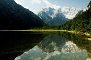 Reflectie van de berg in het water.
